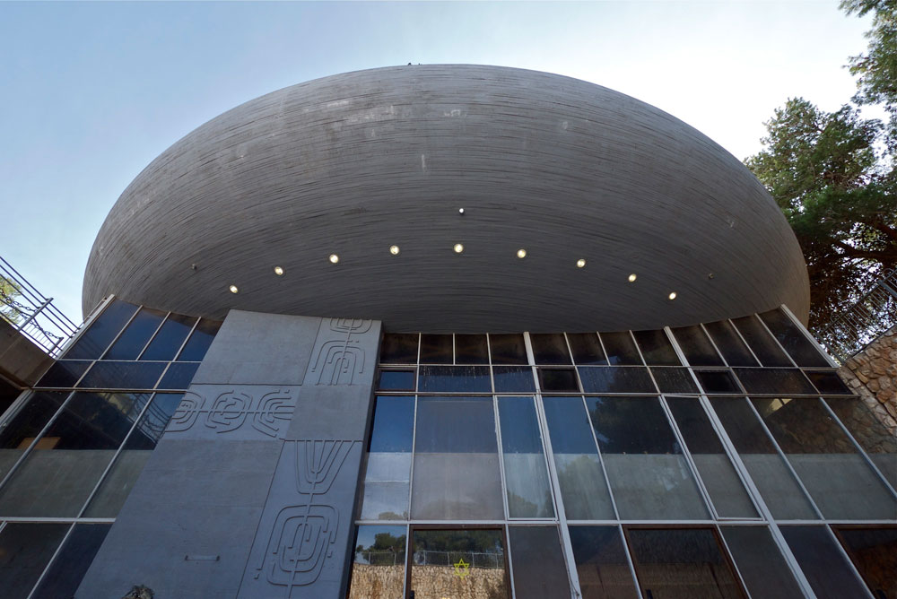 אשליה של כיפה שמרחפת באוויר. בית הכנסת המרכזי של נצרת עילית, שנחנך ב-1966. ''אם אני בונה בית כנסת, יש קהל שנכנס, חזן שמתפלל, ואז צריך להכניס את אלוקים פנימה'' (צילום: איתי סיקולסקי)