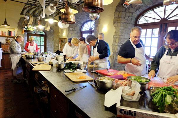 משתתפים מכל העולם. מכינים את ארוחת הערב (צילום: אסנת לסטר)