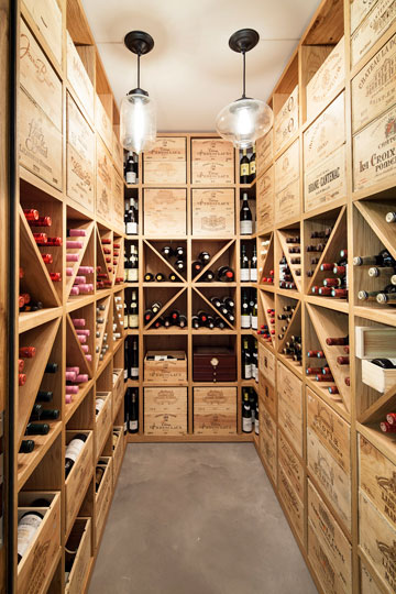 בקומת המרתף יש גם חניה ומרתף יין, שבנוי מארגזים (צילום: עמית גרון)