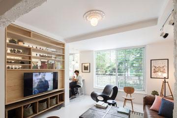 על התקרה מנורת כדור פשוטה של איקאה, שמסביבה קרניז עגול מגבס (צילום: אביעד בר נס)