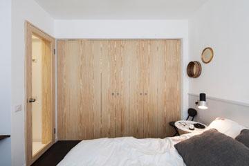דלת עץ מתקפלת מסתירה את חדר הארונות (צילום: אביעד בר נס)