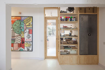בכניסה לדירה פריט נגרות שמגדיר את אזור המבואה והמשרד. לוקר משמש כארון מעילים ותיקים (צילום: אביעד בר נס)