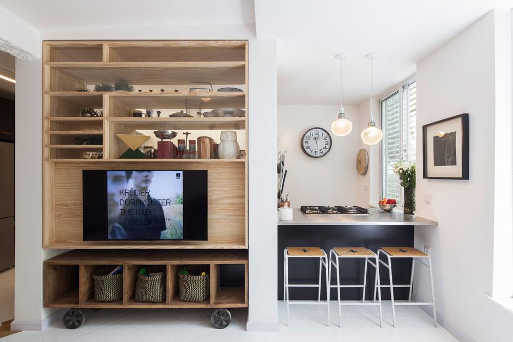 הדירה נמצאת בבניין רכבת ישן, ויש לה שני כיווני אוויר בלבד. גוטמן וסולרצ'יק השתמשו בשני עמודים שאי אפשר היה להוריד כדי לעצב סביבם את ההפרדה בין הסלון למטבח (צילום: אביעד בר נס)