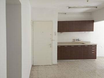 כך נראו המטבח ודלת הכניסה, ''לפני'' (באדיבות סטודיו 37)