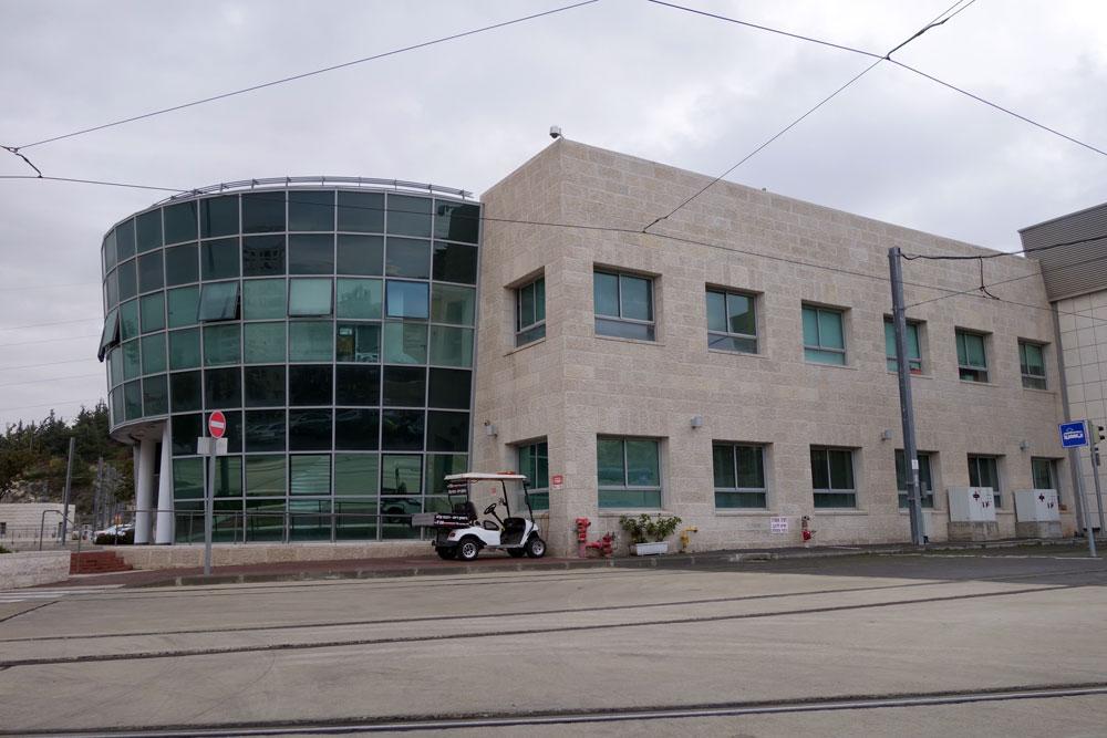 כך קורה גם במשרדי הרכבת הקלה, הגבעה הצרפתית בירושלים: מסכי זכוכית לכיוון מזרח. בבנייני משרדים רבים בישראל אי אפשר אפילו לפתוח חלון (צילום: מיכאל יעקובסון)