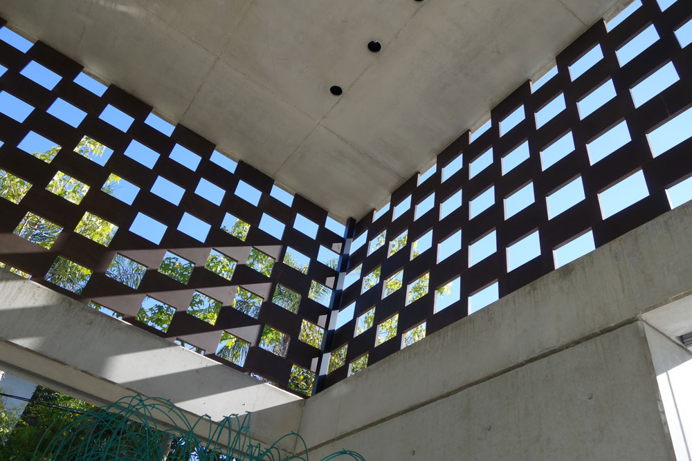 בית מגורים פרטי, סביון (אדריכל פיצו קדם): רשת של קוביות קורטן מסננת את קרני השמש שחודרות פנימה. הפתרון אסתטי מאוד, אלא שהרשת זהה בכל אחת מהחזיתות ואינה מותאמת לזוויות המשתנות (צילום: מיכאל יעקובסון)