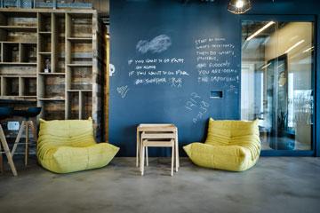 נגיעות צבע בפינת ישיבה במשרד (צילום: איתי סיקולסקי)