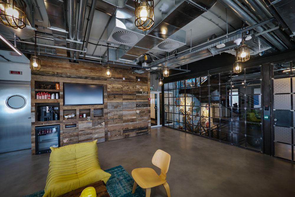 בכל קומה יש כ-800 מטרים רבועים, וביחד מחזיקים המשרדים 3,300 מ''ר בארבע הקומות (צילום: איתי סיקולסקי)