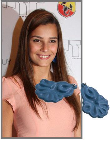 מלכת היופי שני חזן בעגילים כחולים מתוקים של סטודיו מדוזה (99 שקל) (צילום: רפי דלויה, עמית מסינגר)