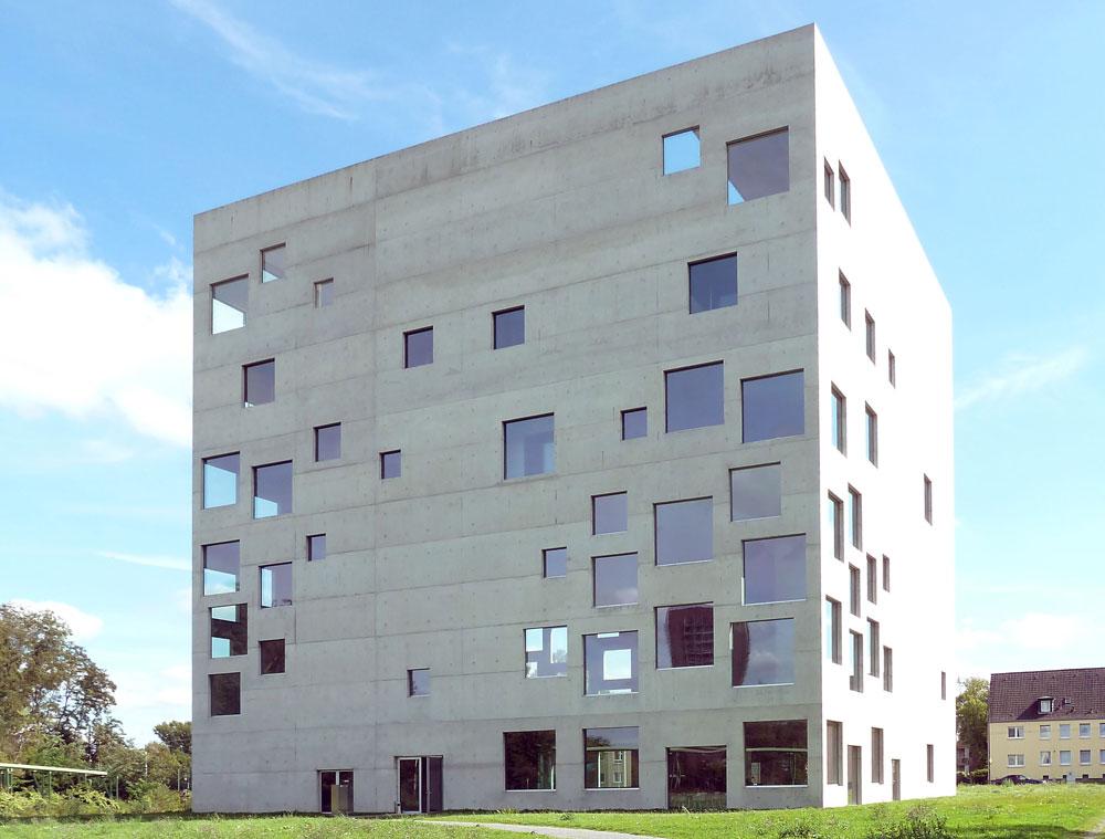 עשו את זה קודם, לפניי, זה לא משנה. בית הספר לניהול ועיצוב זולבריין, בתכנון המשרד היפני SANAA, בוופרטל (צילום: נטע אחיטוב)