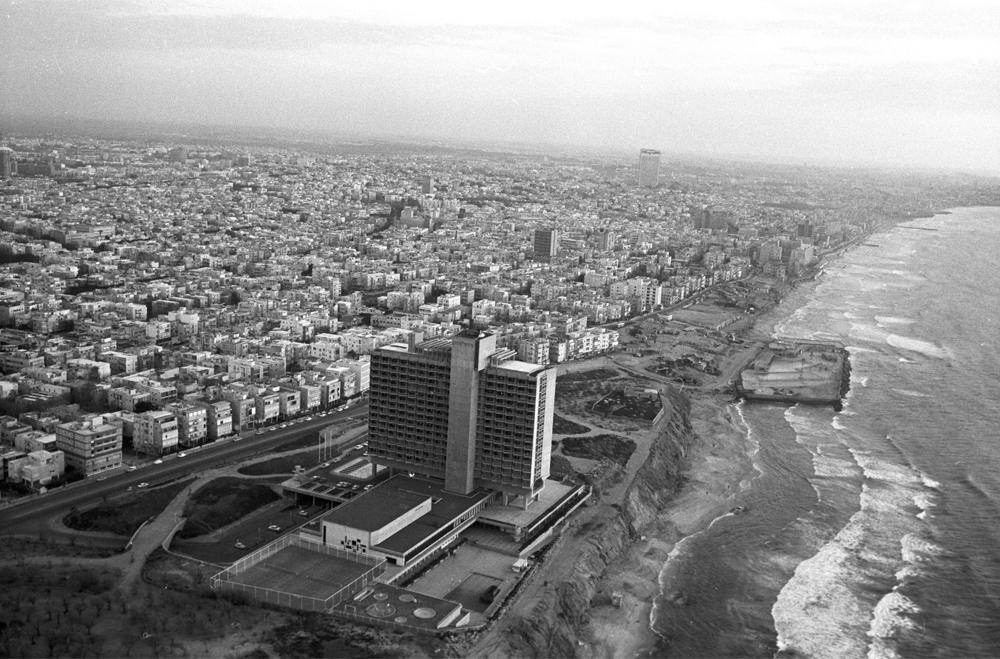 דרישת שלום מהעבר. מלון הילטון הוא האשם הראשון בתופעת המגדלים על קו החוף, שהעירייה לא השכילה לשמור עליו בפני האינטרסים הנדל''ניים. רון חולדאי לא עצר את המגמה (צילום: דוד רובינגר)