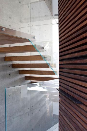 מבט מדלת הכניסה אל המדרגות (צילום: עמית גרון)