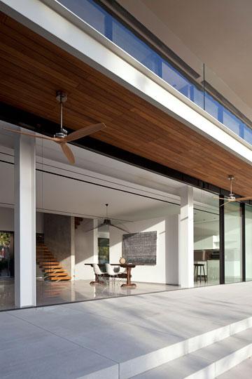 מרפסת הקומה העליונה מצלה על מרפסת קומת הכניסה (צילום: עמית גרון)