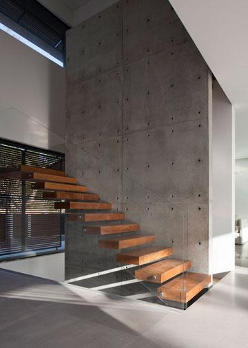 קיר בטון חוצה את הבית לכל גובהו (צילום: עמית גרון)