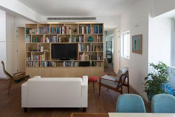 טיפ 8: ספרייה לגובה כל הקיר חוסכת שטח רצפה. דירה בתכנון ספארו אדריכלים (צילום: שי אפשטיין)