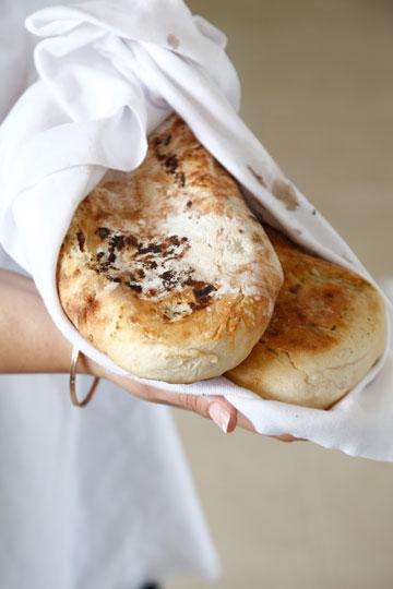 מעולה גם בלי המילוי. לחם פרנה מרוקאי (צילום: אפיק גבאי)
