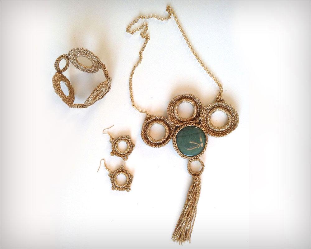 סט תכשיטים שלם שנסרג כולו בחוט מוזהב ובמראה קלוע (צילום: רות האפרתי )