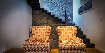 שתי כורסאות וינטג' במבואה של קומת הילדים (צילום: איתי סיקולסקי)