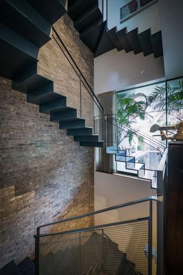 גרם מדרגות מפלדה, רשת מתכת ומעקה ברזל (צילום: איתי סיקולסקי)