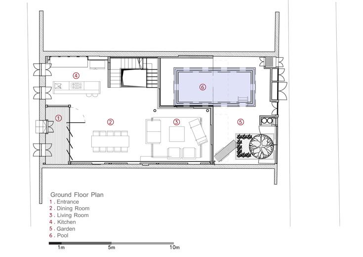 תוכנית קומת הכניסה: שתי כניסות משתי חזיתות, כשהצלעות הארוכים של הבית מחוסרות חלונות. פטיו הכניסה נראה משמאל (באדיבות פז גרש אדריכלים)