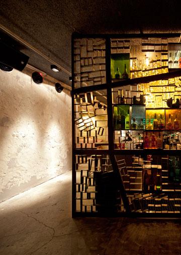 חוצצת ומשולבת בזכוכיות צבעוניות, בבר ''איסמי סלמה'' בעיצוב ''פריצקי ליאני'' (צילום: עמית גרון)