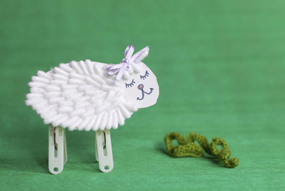 כבשה מתוקה ממקלות אוזניים וצמד אטבי כביסה (הדרכה מספר 29) (צילום: thinkstock)