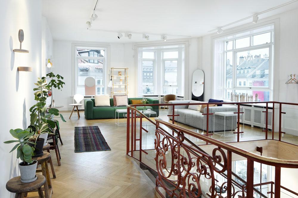 הלאה הצהוב! ספה ירוקה בחנות של המותג הפופולרי HAY, בקופנהגן. עוד ספות ירוקות בהמשך הפוסט, והן מרופדות בדרך כלל בקטיפה, חומר נוסף שחוזר לאופנה (באדיבות HAY)