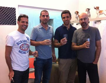 רונן חן עם אילן ג'רבי, אייל קיציס ורועי הולנדר. משיקים רשת חנויות נעלי סניקרס חדשה לגברים