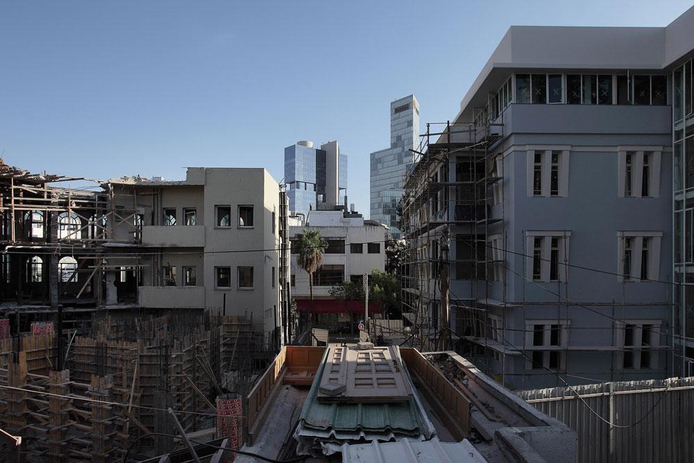 תושבי הרחובות הסמוכים חיים, למעשה, באתר בנייה: מאחורי מלון ''נורמן'' ומתחם ''לנוקס''. כשהמלון ייפתח, עבודות הבנייה ממזרח לו יתנהלו בשיא הקצב (צילום: אמית הרמן)