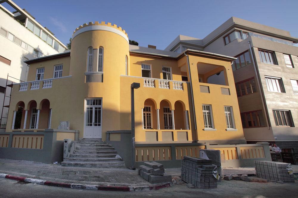 בית ברסקי בפינת הרחובות מאז''ה ויבנה, בתכנונו של אדריכל העיר הראשון מגידוביץ, עבר שימור והוספת אגף חדש (מימין) ועתיד להתאכלס בקרוב (צילום: אמית הרמן)