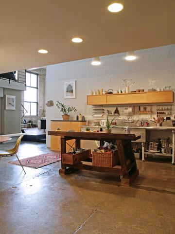 הדירה של אלבז בוויליאמסבורג. חללי המפעל הוסבו ללופטים (צילום: רפי אלבז)