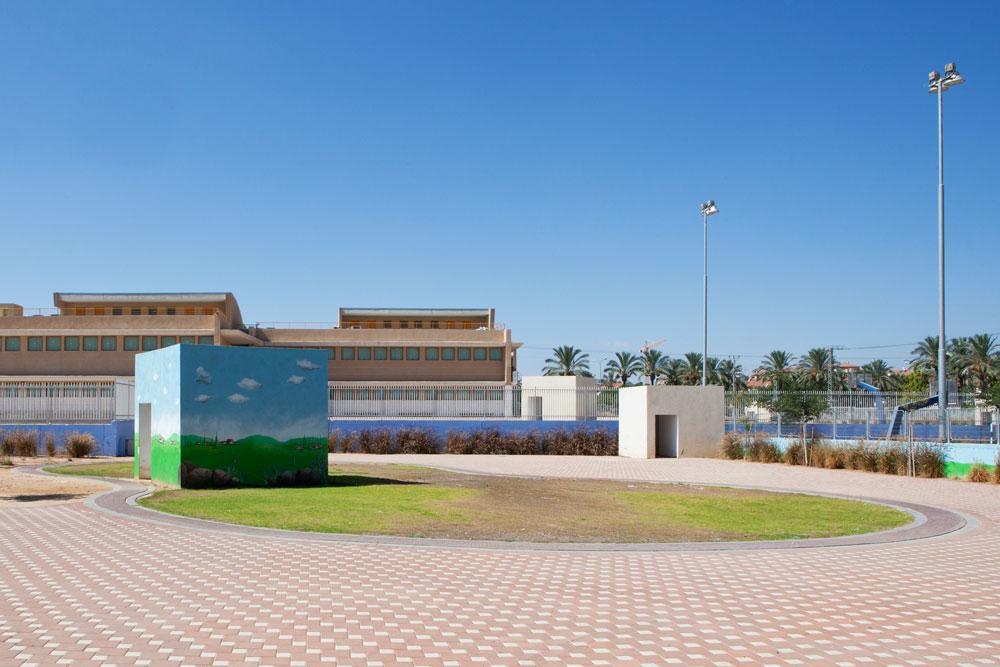 מיגוניות בבית ספר בשדרות. קשה למצוא מראות כאלה במדינות אחרות - זאת האדריכלות הישראלית האמיתית של ימינו (צילום: אביעד בר נס)