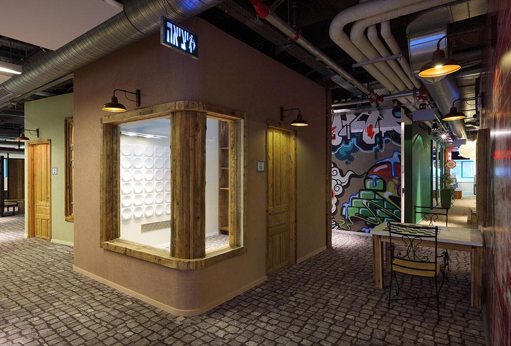 שולחן שחמט, גרפיטי על הקירות ושימוש בלבני סיליקט אדומות באזור ''השכונה'', אחד משלושה אזורים בקומת המשרדים (צילום: עוזי פורת)
