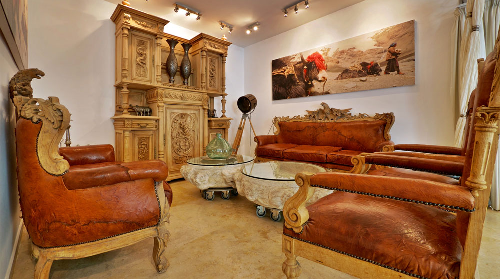 """""""אני מאוד אוהב כל פינה בבית, אבל יש את הסלון הפנימי הקטן שעשיתי במיוחד בשבילי"""" (צילום: איתי סיקולסקי)"""