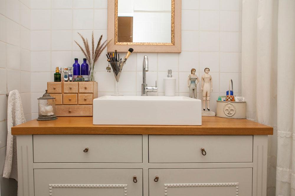חדר הרחצה של ההורים: ארון לבן עם משטח עץ, כיור חרס לבן, ומקלחון גדול בצד (צילום: שירן כרמל )