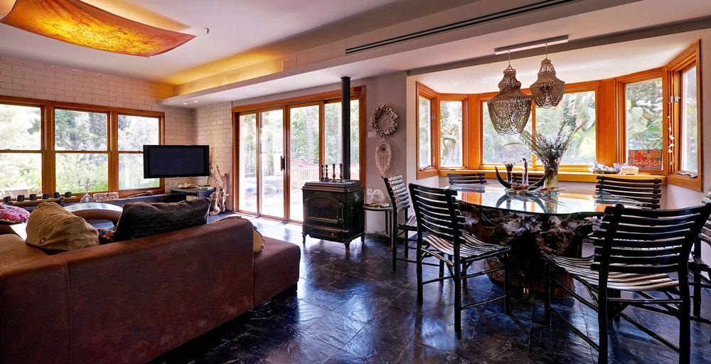 דלתות הזכוכית שבסלון רחב הידיים מכניסות את הטבע אל תוך הבית (צילום: איתי סיקולסקי)