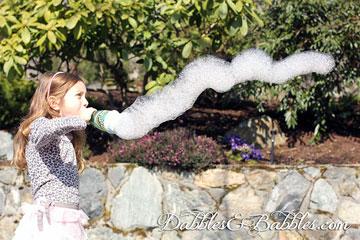 שובל של בלונים ממתקן העשוי מבקבוק פלסטי עטוף בגרב (מתוך dabblesandbabbles.com)
