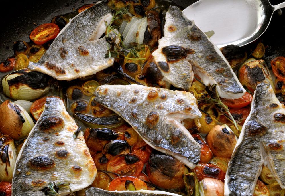 דג בתנור על מצע עגבניות שרי (צילום: סיון שטרנבך)
