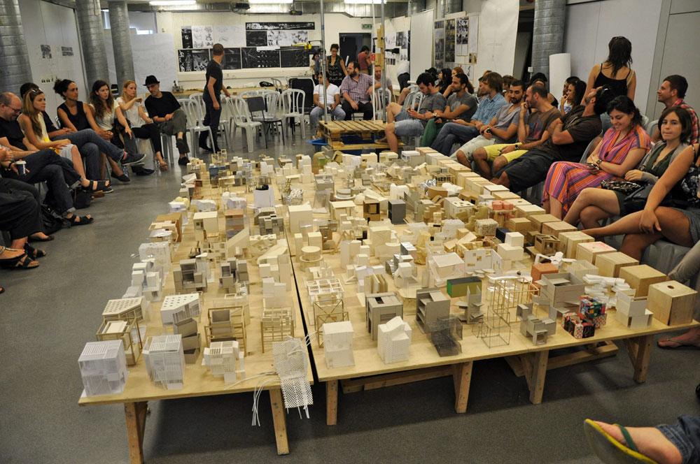 הגשות במחלקה לאדריכלות בבצלאל, השנה. בוגרי המחלקה הזו נפגעים יותר מאדריכלים צעירים אחרים בבירוקרטיה המצפה להם עם כניסתם לשוק העבודה (צילום: רועי טמיר)