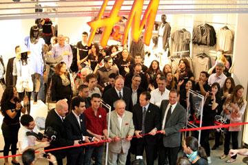 מחוץ לחנות של H&M. ''פותחים את החנות בשש בבוקר ומביאים אלף מפגרים שעומדים בתור'' (צילום: עמית שאבי)