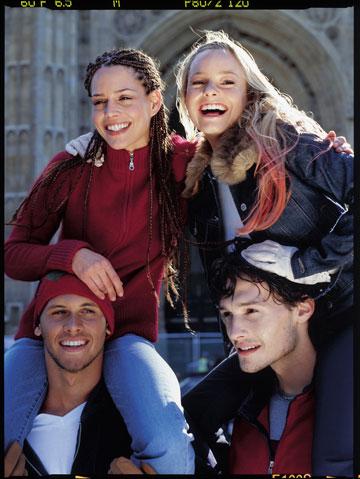 יעל בר זוהר, קרן מיכאלי ואיתן אורבך בקמפיין חורף 2002 של פוקס (צילום: יניב אדרי)
