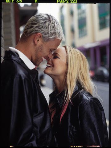 יעל בר זוהר ואיתן אורבך בקמפיין חורף 2002 של פוקס (צילום: יניב אדרי)