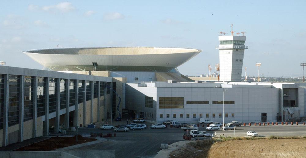 ''ההתפשטות של האבן הירושלמית מייצרת אדריכלות מסוידת וסימבוליזם מלוכני-לאומני, שהולך ומייצר אצלנו תחושת אי נוחות הולכת וגוברת. למשל, נמל התעופה בן גוריון'', אומר אלון בן נון (צילום: צביקה טישלר)