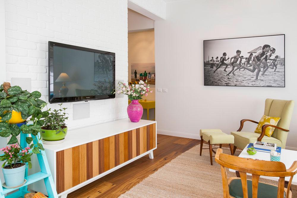 שתי יצירות מקוריות נבחרו לקיר הסלון והמבואה: צילומים של זיו שדה, שצולמו בדרום אפריקה, האחד בשחור-לבן והשני בצבעים חמים (צילום: שירן כרמל)