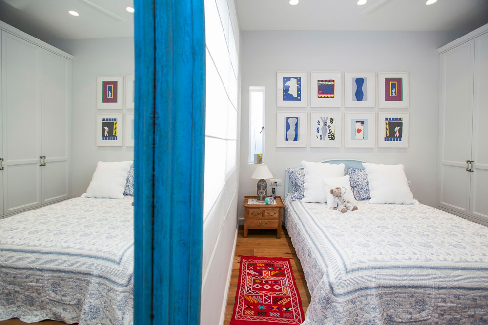 מעל מיטת האם נתלו עבודות של הנרי מאטיס, הצייר האהוב עליה, שנבחרו מתוך ספר אמנות שהודפס באיכות גבוהה ומוסגרו (צילום: שירן כרמל)