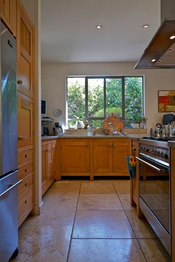 הפינה האהובה בבית: ''המטבח, בו אני גם מבשלת הרבה'' (צילום: איתי סיקולסקי)