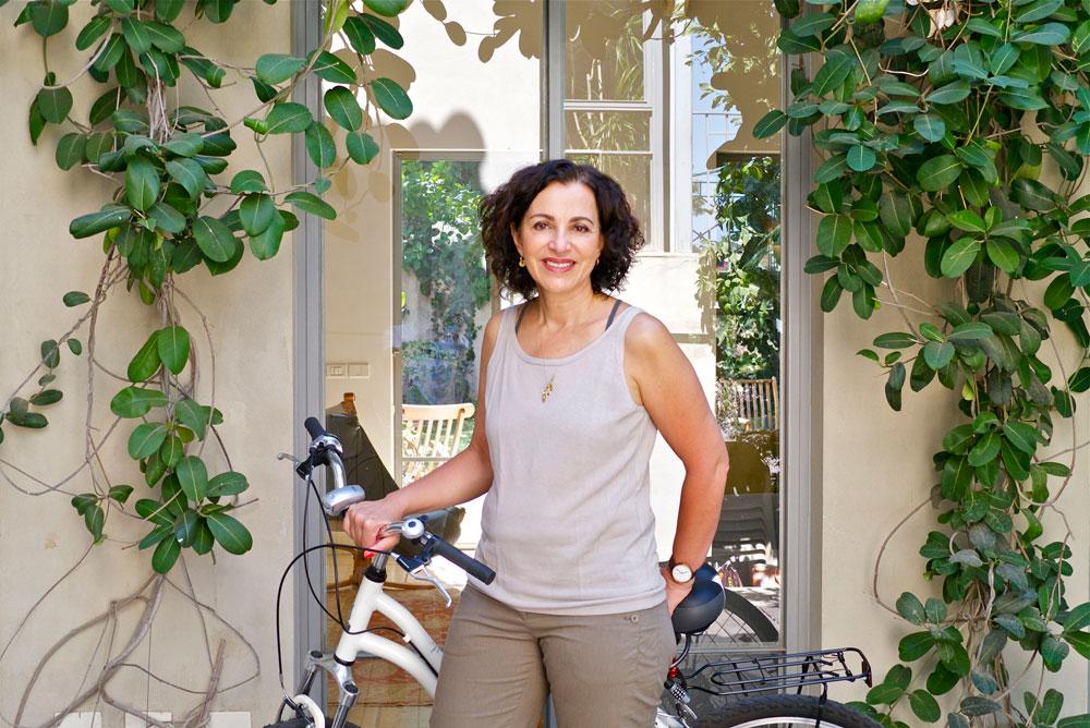 דניאלה להבי בביתה. ''כל ההחלטות על עיצוב הבית - מהרעפים והחלונות, ועד לשיש במטבח - היו החלטות שלי'' (צילום: איתי סיקולסקי)
