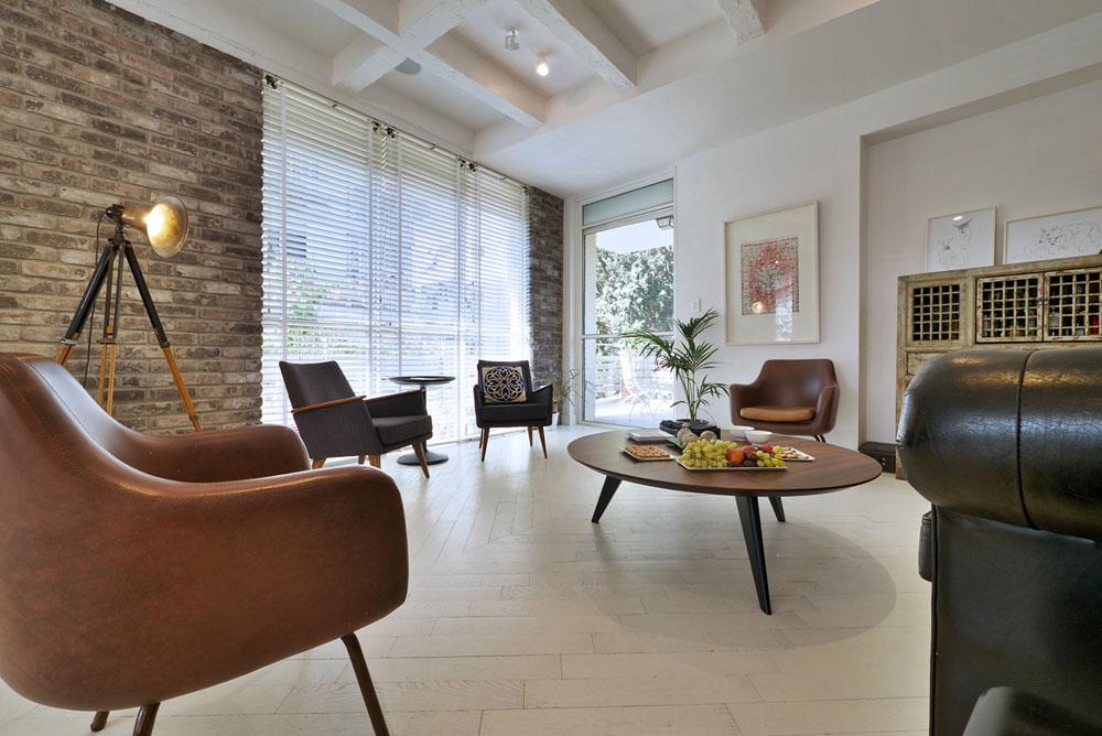 לקוחות המעצב, המרגישות נוח בבגדיו בעלי הקווים המודרניים, ירגישו כאן בבית (צילום: איתי סיקולסקי)