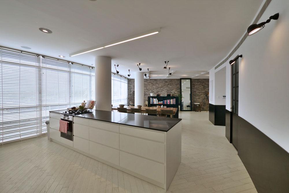 """""""ידעתי שאני רוצה סלון גדול, ומטבח שמצד אחד יהיה מאוד פתוח, אבל מצד שני מופרד משאר חלקי הבית"""" (צילום: איתי סיקולסקי)"""