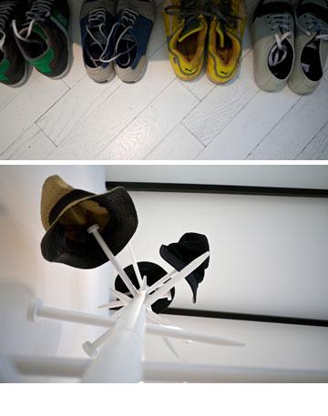 בלי חדר ארונות. הנעליים והכובעים של רונן חן (צילום: איתי סיקולסקי)